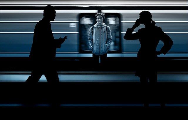lidé u metra
