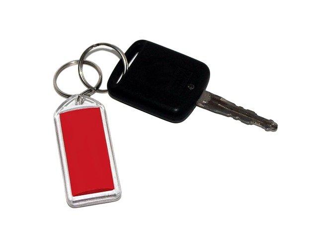 klíč od auta s přívěskem.jpg