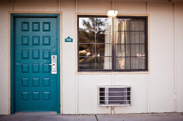 klimatizace vedle dveří.jpg