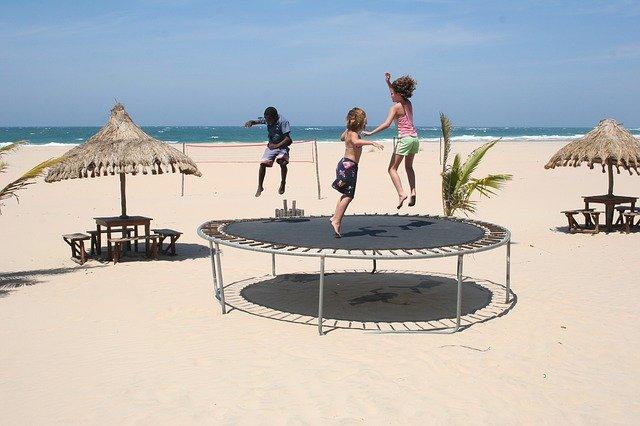 pláž s trampolínou