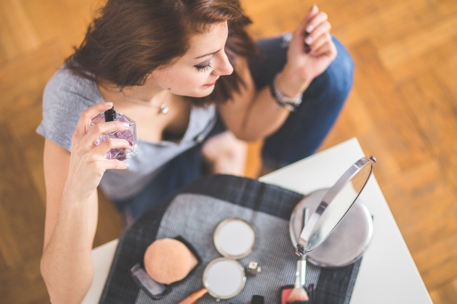 bruneta s parfémem