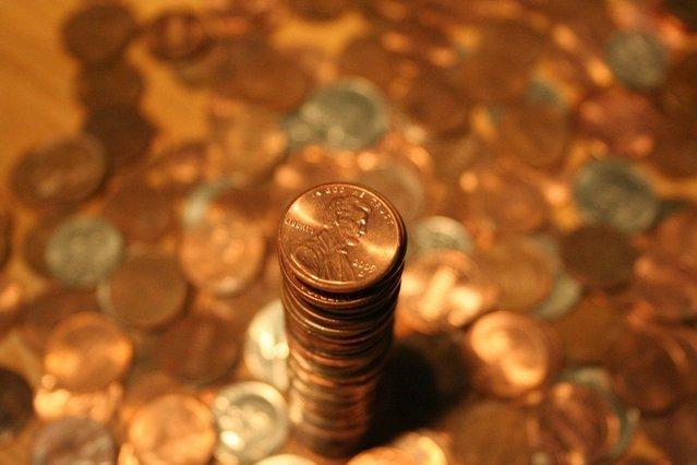 sloupec zlatých mincí na zlatém pozadí.jpg