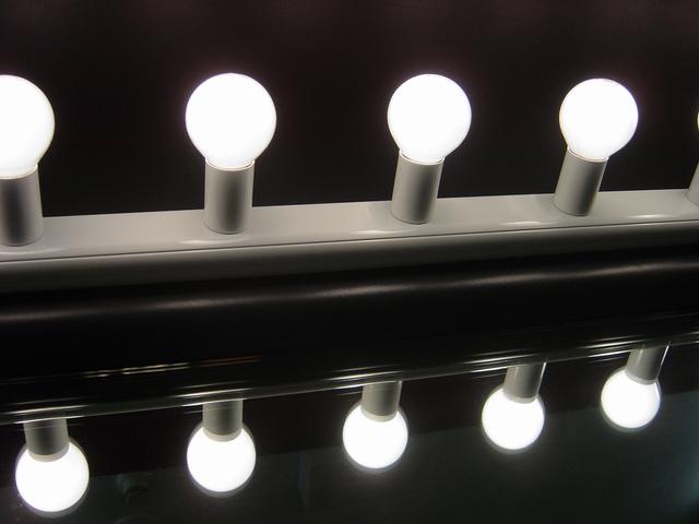 čtyři rozsvícené žárovky.jpg